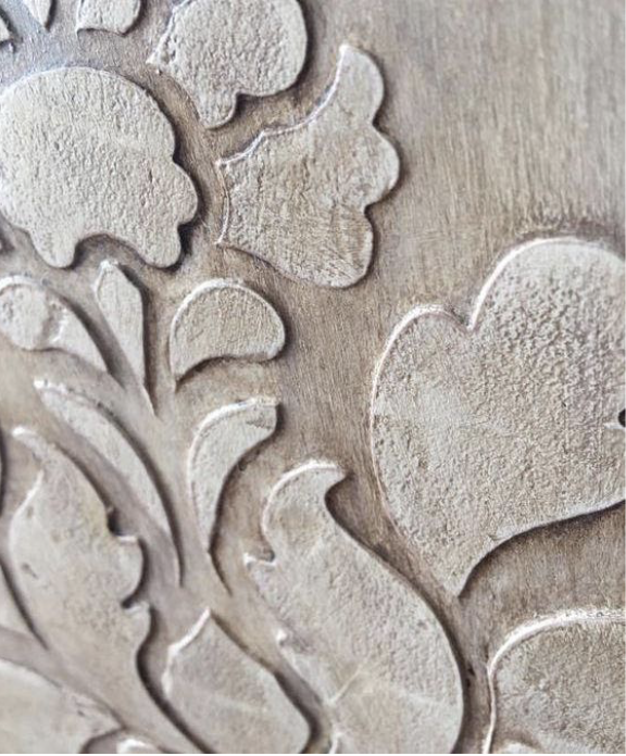 particolare di stencil materico eseguito con mascherina e stucco